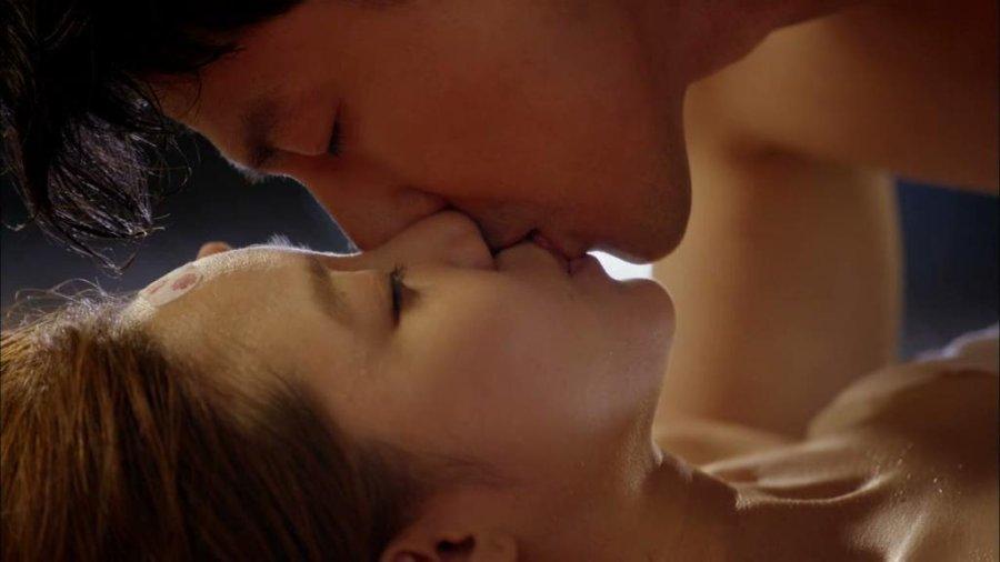 Lesbian Kissing Scenes