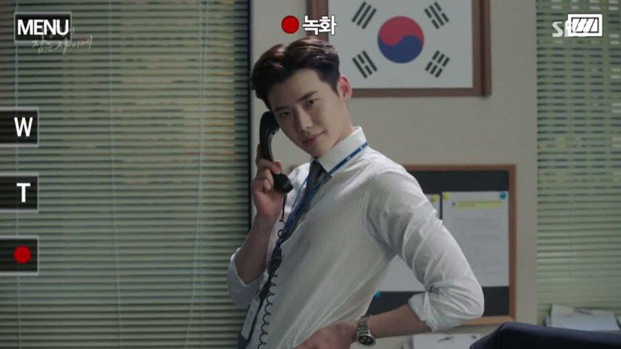 Lee Jong Suk dalam drama While You Were Sleeping (2017)